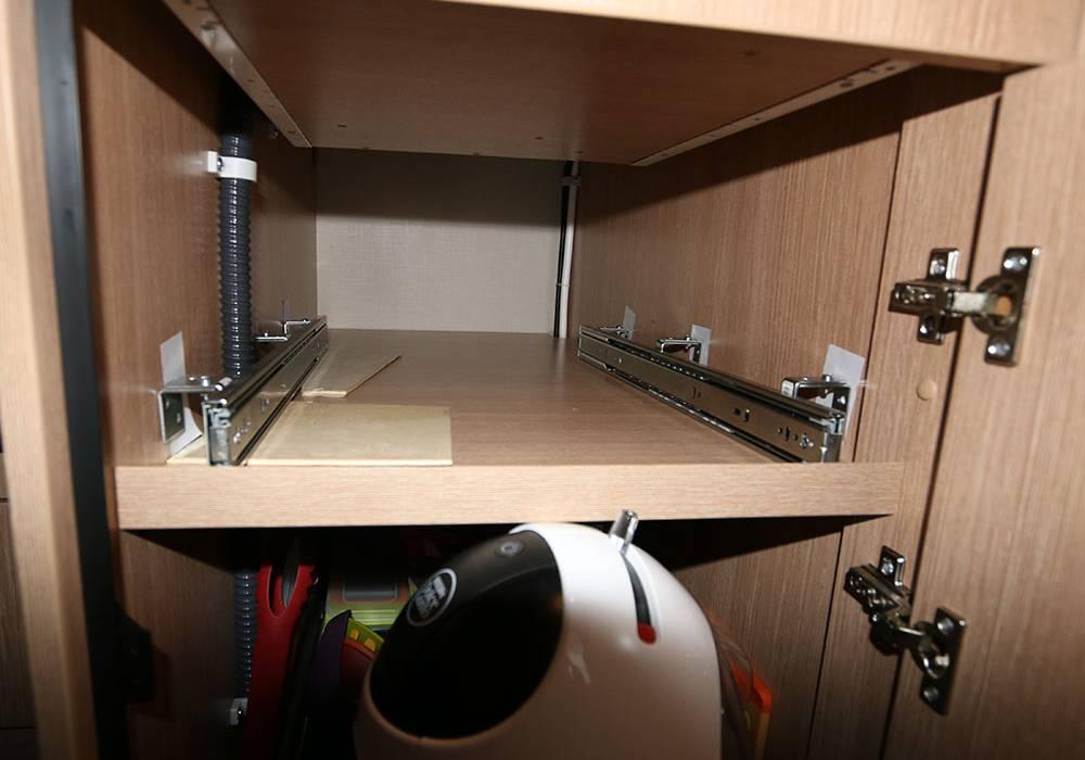 einbau von ausziehbaren tablaren. Black Bedroom Furniture Sets. Home Design Ideas